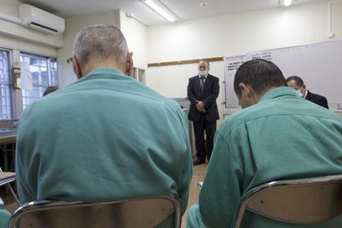 Một lớp học đặc biệt trong tù dành riêng cho tù nhân cao tuổi. Ảnh: BBC.