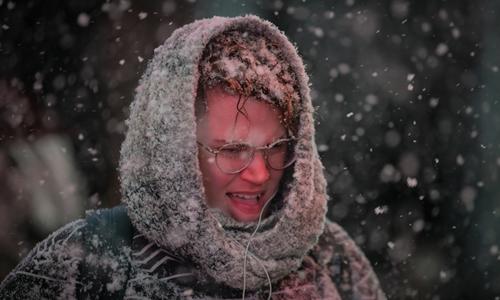 Một phụ nữ bước đi trong bão tuyết ở Quảng trường Thời đại hôm 30/1, khi nhiệt độ thấp kỷ lục đang bao trùm các bang ở Trung Tây và phía Đông nước Mỹ. Ảnh: Reuters.