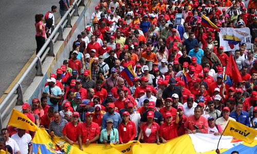 Những người ủng hộ Tổng thống Maduro tham gia buổi tuần hành tại thủ đô Caracas hôm 31/1. Ảnh: Reuters.