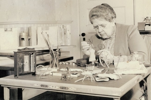 Frances Lee tỉ mẩn làm những chi tiết tí hon. Ảnh: Glessner House Museum.