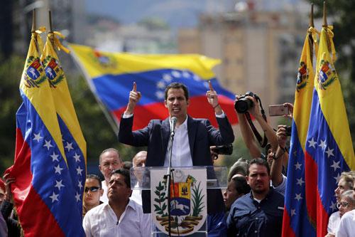 Thủ lĩnh đối lập Venezuela Juan Guaido tự phong là tổng thống lâm thời hôm 23/1. Ảnh: AP.