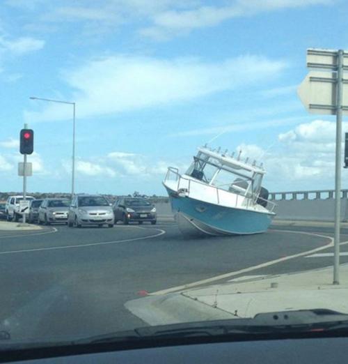 Khi tàu chạy trên bờ.