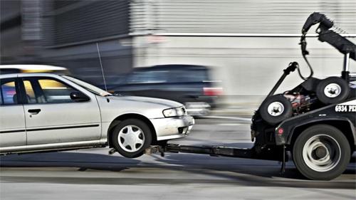 Lái xe cẩu sợ kéo phải ôtô vi phạm của người giàu