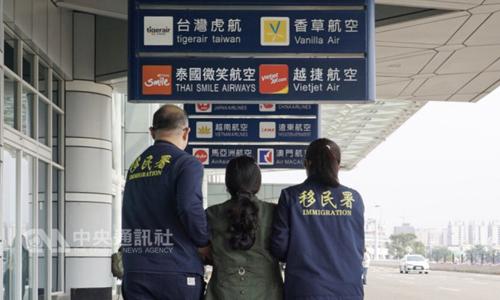 Cơ quan di trú Đài Loan đưa nữ du khách Việt Nam ra sân bay quốc tế Cao Hùng hôm 29/1. Ảnh: CNA.