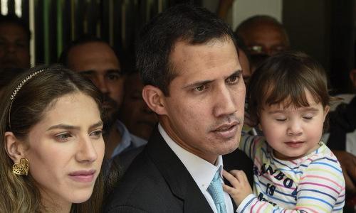 Tổng thống tự phong Guaido cùng vợ và con gái bên ngoài nhà riêng. Ảnh: AFP.