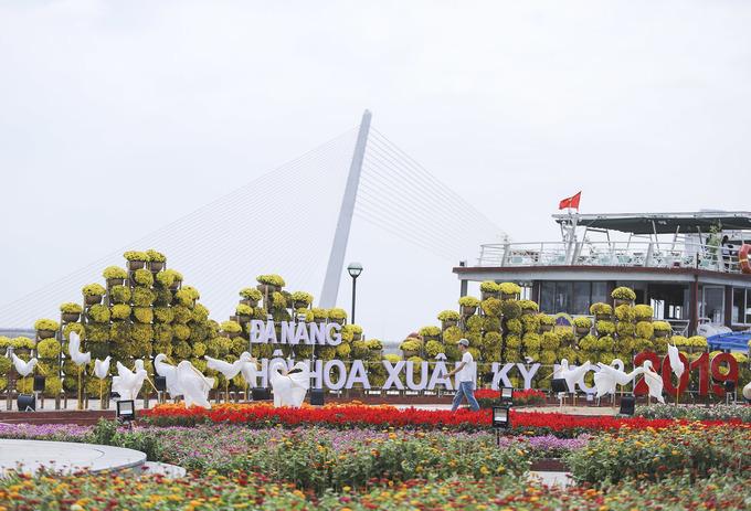 Đường hoa ở Đà Nẵng tái hiện cầu Vàng