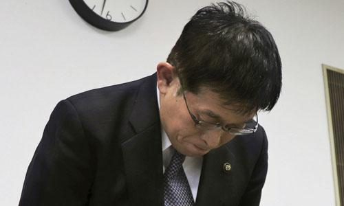 Thị trưởng thành phố Akashi Fusaho Izumi cúi đầu xin lỗi trong buổi họp báo hôm 29/1. Ảnh: Kyodo.