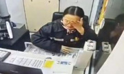 Nữ nhân viên thu phí Trung Quốc nén nước mắt cười dù bị chỉ trích