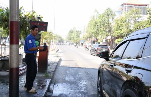 Nhân viên bảo vệ ra hiệu cho ôtô qua trạm không cần mua vé. Ảnh: Phước Tuấn