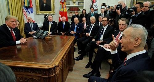 Tổng thống Mỹ Trump (trái) gặp Phó thủ tướng Trung Quốc Lưu Hạc (ngoài cùng bên phải) tại Nhà Trắng hôm 31/1. Ảnh: Reuters.