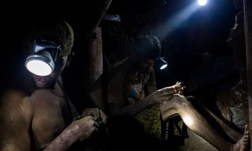Các công nhân đào vàng trong những khu mỏ nằm sâu dưới lòng đất ở  Arco Minero del Orinoco. Ảnh: Bloomberg.