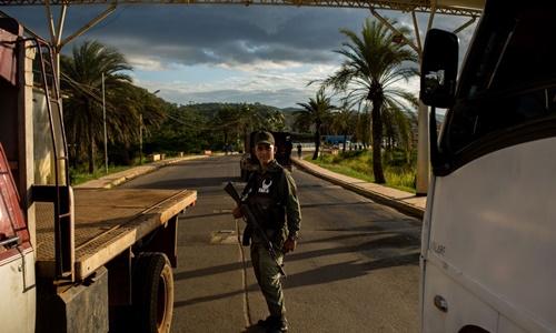 Binh sĩ Venezuela gác tại một trạm kiểm soát ở El Callao. Ảnh: Bloomberg.