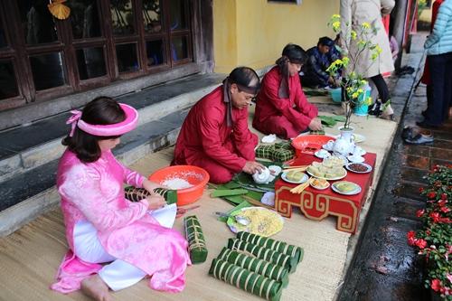 Người Huế thường làm các loại bánh truyền thống để đón Tết. Ảnh: Võ Thạnh