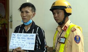 Đội 363 phát hiện nam thanh niên mang roi điện đi thu tiền bảo kê