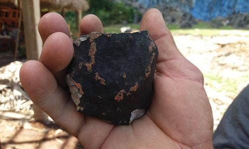 Mảnh thiên thạch rơi xuống đất. Ảnh: Facebook.
