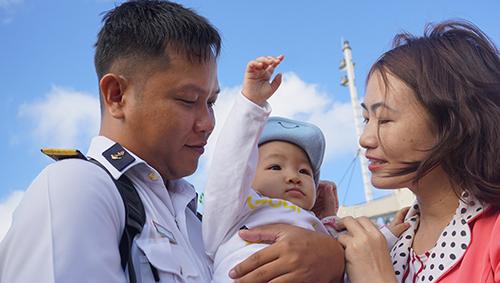 Thiếu tá Nguyễn Tiến Long, Chính trị viên nhà giàn DK 1/08 chia tay vợ con đi làm nhiệm vụ ngày áp Tết. Ảnh: Lê Hoàng.