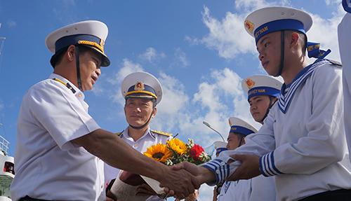 Trên khắp các quân cảng, nhiều cuộc giao, đổi quân được triển khai. Ảnh: Lê Hoàng.