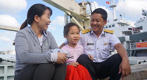 Chị Hoà và con gái ra tận bến cảng tiễn chồng. Ảnh: Lê Hoàng.