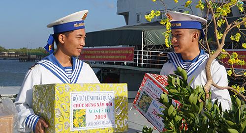Hai chiến sĩ trẻ Vùng 2 Hải quân chuẩn bị lên đường làm nhiệm vụ dịp xuân Kỷ Hợi. Ảnh: Lê Hoàng.