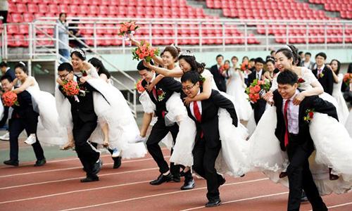 Các cặp cô dâu - chú rể thi tài trong một đám cưới tập thể ở tỉnh Hắc Long Giang, Trung Quốc năm 2017. Ảnh: Reuters.