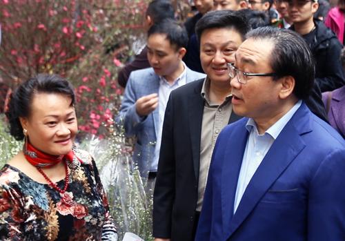 Ông Hoàng Trung Hải đi thăm chợ hoa cổ truyền thống của thủ đô. Ảnh: Võ Hải.