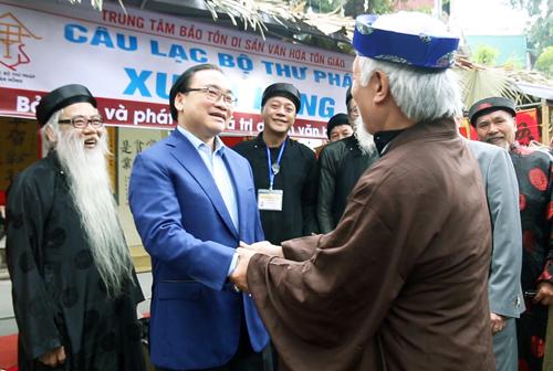 Bí thư Hà Nội trò truyền cùng các ông đồ tại phố bích hoạ Phùng Hưng. Ảnh: Võ Hải.