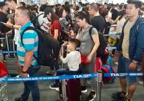 Chiều 28 Tết, hành khách đến sân bay Tân Sơn Nhất khá đông nhưng vẫn khá trật tự, không quá tải. Ảnh: Hữu Công