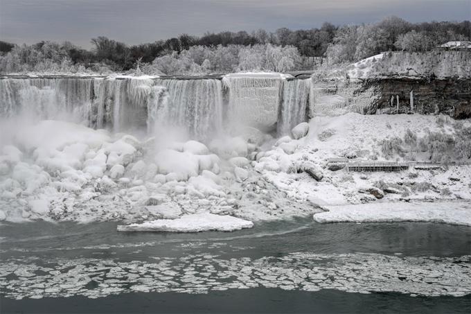 Nước chảy giữa các tảng băng trôi. Ảnh: Reuters.