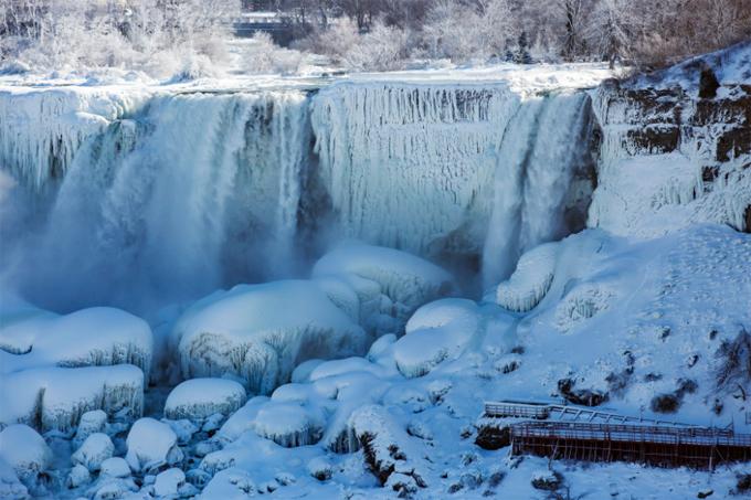 Nước và đá trên American Falls, nhìn từ thác Niagara phía bên Canada. Ảnh: AP.