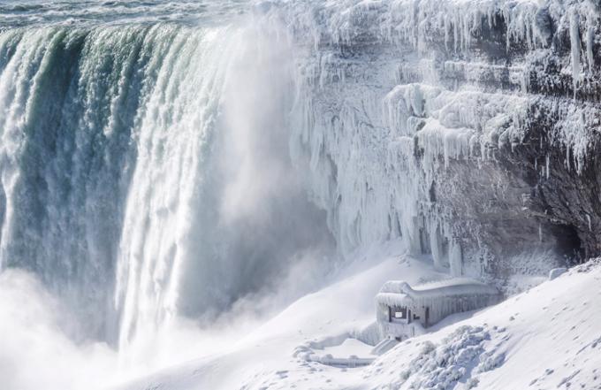 Băng phủ kín đài quan sát ở chân thác Horseshoe, một thác nhỏ trong quần thể Niagara. Ảnh: AP.