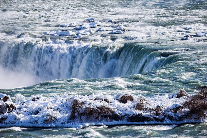 Nước và băng trên miệng thác Horseshoe. Ảnh: AP.