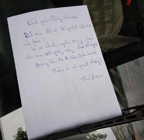 Kính gửi quý chủ xe! Rất xin lỗi vì lỡ quệt vào xe của bác. Vì có nhiều người đang nhìn nên em viết giấy này cho đỡ ngại. Mong bác tự đi sơn, sửa lại xe. Thân ái và quyết thắng. Thủ phạm.