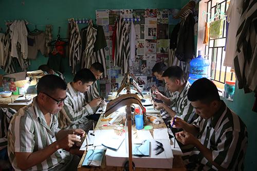 Làm mi giả là  một trong những công việc chính dành cho phạm nhân ở trại giam Ngọc Lý. Ảnh: Phạm Dự.