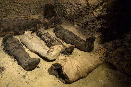 Các xác ướp đặt trong lăng mộ cổ ở Minya, Ai Cập. Ảnh: AP Photo/Roger Anis.
