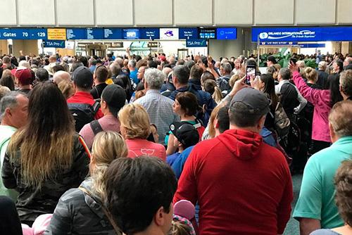 Hành khách mắc kẹt tại sân bay quốc tế Orlando, Florida, hôm 2/2 sau sự cố. Ảnh: AP