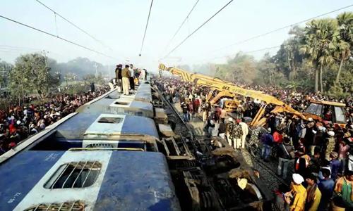 Đội cứu hộ và đám đông người dân tập trung tại hiện trường vụ tai nạn đường sắt ở bang Bihar, Ấn Độ hôm nay. Ảnh: PTI.