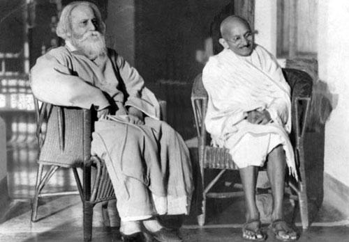 Rabindranath Tagore (trái)và Mahatma Ghandi - anh hùng dân tộc Ấn Độ. Ảnh tư liệu.