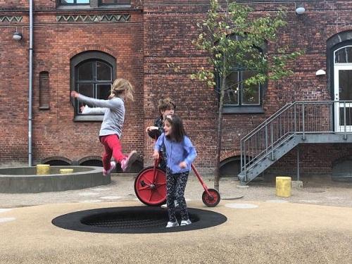 Chính phủ Đan Mạch chú trọng việc tạo không gian cho trẻ chơi đùa. Ảnh: Quartz