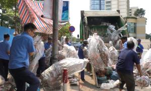 Hàng trăm gốc đào ở Sài Gòn bị vứt vào xe rác ngày 30 Tết