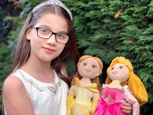 Lowri muốn bênh vực những đứa trẻ đeo kính giống mình. Ảnh: Caters News