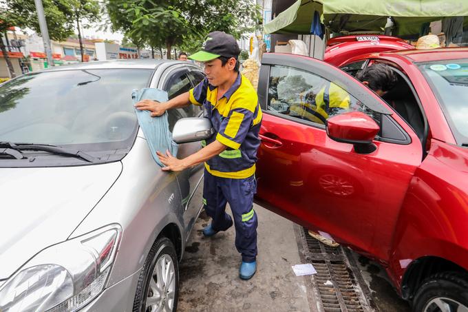 Người dân TP HCM tấp nập mang xe đi rửa ngày cuối năm