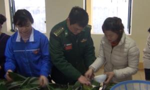Quân và dân gói bánh chưng đón Tết nơi biên cương