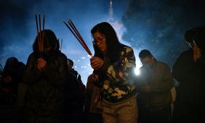 Người dân Trung Quốc lên chùa cầu may đầu năm