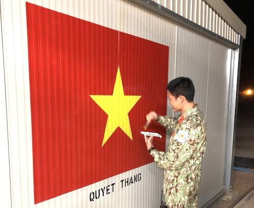 Để chuẩn bị đón tết cổ truyền, các sĩ quan Việt Nam đã cùng nhau vẽ cờ Tổ quốc...