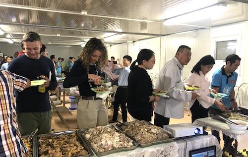 Bạn bè quốc tế rất thích thú khi được mời ăn các món ăn đặc trưng của Việt Nam.