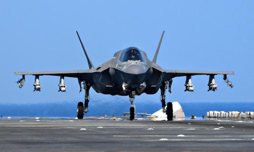 Chiếc F-35B Mỹ với 4 quả bom và hai tên lửa đối không dưới cánh. Ảnh: US Navy.