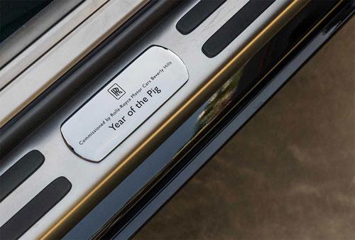 Phiên bản đặc biệt có dòng chữ Năm Hợi trên bậc cửa.