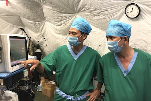 Bác sĩ bệnh viện dã chiến cấp 2 số 1 của Việt Nam đang làm việc tại Nam Sudan. Ảnh: Ngọc Phát