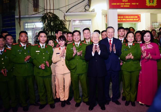 Tổng bí thư tản bộ chúc Tết người dân trên đường Thanh Niên