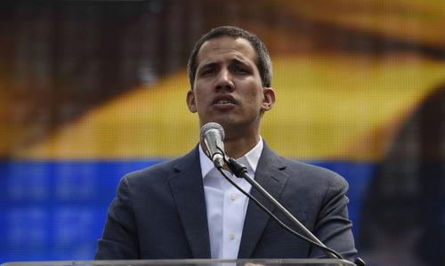 Tổng thống tự phong Guaido phát biểu trước người ủng hộ hôm 2/2. Ảnh: AFP.
